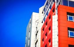 Parte della costruzione moderna della facciata con rosso e blu Fotografie Stock Libere da Diritti