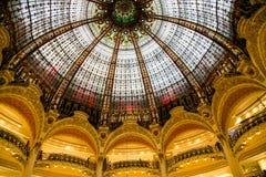 Parte della cupola di vetro famosa nella galleria La Fayette fotografie stock
