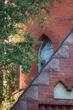 Parte della facciata della chiesa e una vista della finestra lanceolate immagini stock libere da diritti