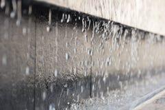 Parte della fontana con le gocce di acqua di caduta Immagini Stock