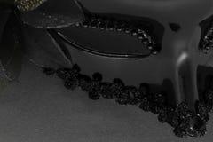 Parte della maschera nera di carnevale su fondo nero immagine stock libera da diritti