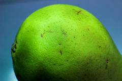 Parte della pera verde, pera su un fondo blu, la parte posteriore della pera Fotografie Stock