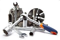 Parte della pompa ad alta pressione dell'automobile e dello strumento per la riparazione su fondo bianco Immagini Stock