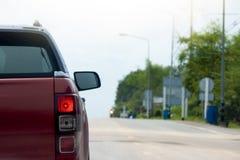Parte della rottura rossa dell'automobile sulla strada fotografie stock libere da diritti