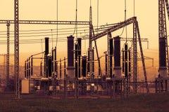 Parte della sottostazione ad alta tensione con i commutatori ed i disconnectors, tramonto Fotografie Stock Libere da Diritti