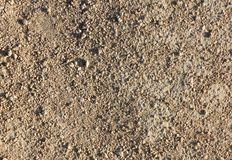 Parte della strada non asfaltata di piccole ghiaia e sabbia, struttura fotografie stock