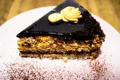 Parte della torta di cioccolato con le noci Fotografia Stock Libera da Diritti