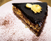 Parte della torta di cioccolato con le noci Fotografia Stock