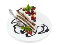 Parte della torta di cioccolato isolata su bianco Fotografia Stock