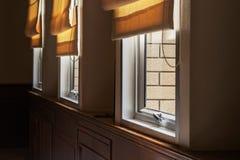Parte delle finestre di verniciatura di alluminio e serratura maniglia con i ciechi di rotolo immagini stock libere da diritti