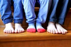 Parte delle gambe di tre bambini fotografia stock