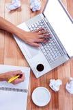 Parte delle mani che scrivono sul computer portatile Fotografia Stock