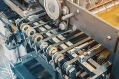 Parte di apparecchiature di stampa, macchina, rulli, guide, scultura del cartone fotografia stock