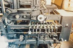 Parte di apparecchiature di stampa, macchina, rulli, guide, scultura del cartone fotografie stock libere da diritti