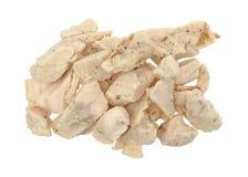 Parte di bei pezzi del petto di pollo su un fondo bianco fotografie stock