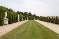 Parte di bello giardino del palazzo di Versailles con le statue e la f immagine stock