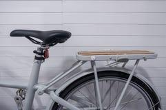 Parte di immagine della bicicletta d'annata con la s di cuoio e di legno Immagine Stock
