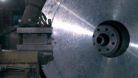 Parte di metallo brillante girante del tornio di CNC, officina meccanico, fabbrica moderna stock footage