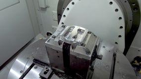 Parte di metallo installata in supporti a macchina Area di lavoro del centro di fresatura di CNC video d archivio