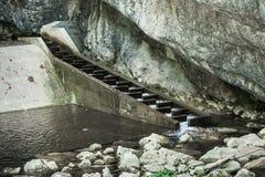 Parte di piccola stazione di idropotenza sul fiume della montagna Fotografia Stock Libera da Diritti