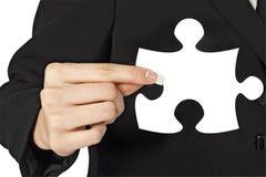 Parte di puzzle della holding della donna di affari a disposizione immagini stock