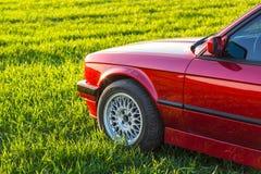 Parte di sinistra anteriore di vecchia automobile tedesca che sta su erba verde fotografia stock libera da diritti