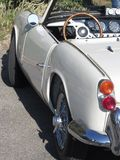 Parte di sinistra di vecchia automobile classica britannica Vista particolare della luce sinistra della coda, del cruscotto e del Fotografie Stock