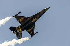 Parte di sotto del F-16 di SoloTurk Immagini Stock