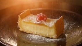 Parte di torta di formaggio Spruzzi con lo zucchero in polvere stock footage