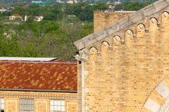 Parte di un tetto e degli alberi della chiesa nei precedenti Immagine Stock