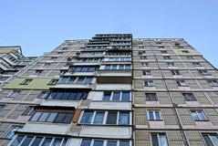 Parte di una casa alta con le finestre ed i balconi sui precedenti del cielo Fotografia Stock