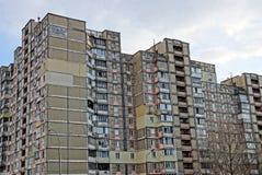 Parte di una casa marrone alta con le finestre ed i balconi sui precedenti del cielo Immagine Stock Libera da Diritti