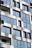 Parte di una costruzione a più piani moderna Architettura alta tecnologia moderna Fotografie Stock Libere da Diritti
