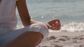 Parte di una donna che fa yoga sulla spiaggia video d archivio