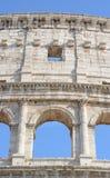 Parte di una facciata del Colosseum con un arco fotografia stock libera da diritti