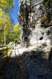 Parte di una formazione rocciosa con una combinazione di luce solare e di ombra Immagine Stock
