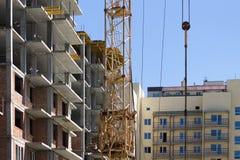 Parte di una gru a torre su una costruzione di edifici Fotografia Stock