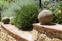 Parte di una scala con le sfere di pietra in un giardino Immagini Stock Libere da Diritti
