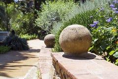 Parte di una scala con le sfere di pietra in un giardino Fotografia Stock