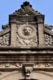 Parte di vecchia architettura con la scultura descritta Fotografia Stock Libera da Diritti