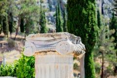 Parte di vecchia colonna di pietra ad all'aperto fotografie stock