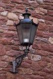 Parte di vecchia parete della città con la lanterna Fotografie Stock Libere da Diritti