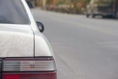 Parte di vecchia rottura d'argento dell'automobile sulla strada fotografie stock libere da diritti