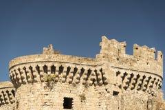Parte di vecchie fortificazioni del castello in Rhodes Old Town Immagine Stock
