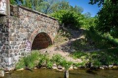 Parte di vecchio ponte di pietra Fotografie Stock Libere da Diritti