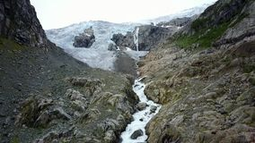 Parte dianteira azul da geleira do gelo Geleira de Buer, Noruega da opinião do ar do zangão video estoque