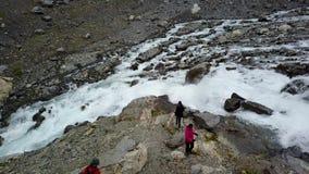 Parte dianteira azul da geleira do gelo Geleira de Buer, Noruega da opinião do ar do zangão filme