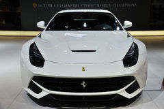 Parte dianteira branca do berlinetta de Ferrari f12 fotografia de stock royalty free
