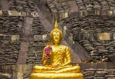Parte dianteira da Buda, enchida com a luz do ouro Fotos de Stock