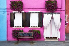 Parte dianteira da casa cor-de-rosa na ilha de Burano, Veneza, Itália Fotos de Stock Royalty Free
